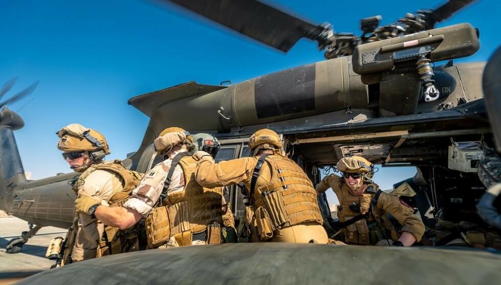 TRENER: Norske styrker trener opp irakiske sikkerhetsstyrker i Irak. Her trener de med et amerikansk Blackhawk-helikopter i fjor. Foto: Ole-Sverre Haugli / Forsvaret
