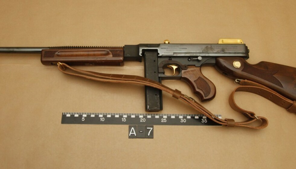 BESLAGLAGT: Et av de beslaglagte våpnene, en gammel Thompson maskinpistol. Foto: Politiet