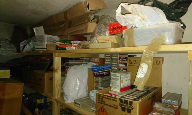 I KJELLEREN: Store mengder ammunisjon og sprengstoff ble funnet i mannens kjellerbod. Foto: Politiet