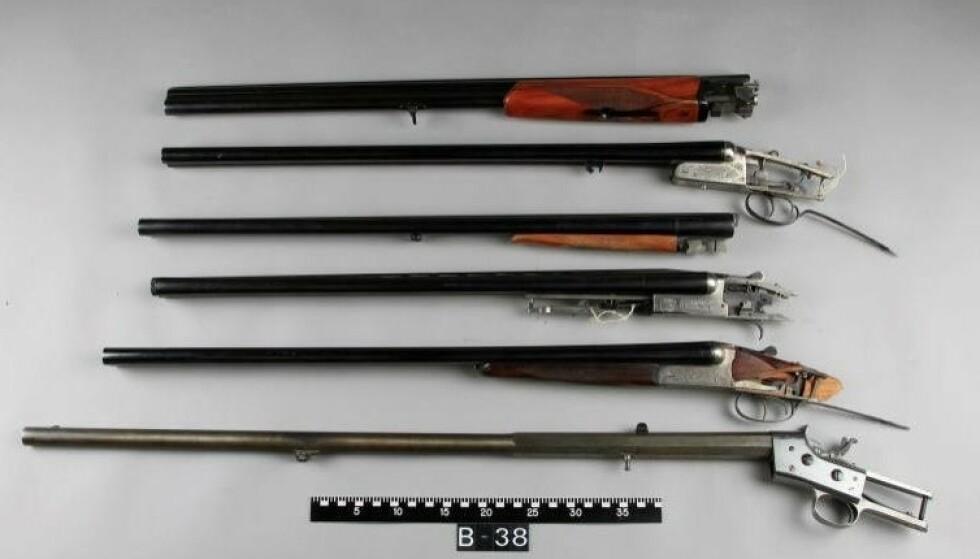 VÅPENDELER: Noen av våpendelene funnet hjemme hos mannen eller hans mor. Foto: Politiet