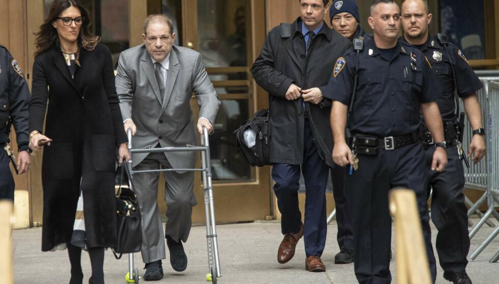 TIL RETTSALEN: Harvey Weinsten trillende med rullator på vei inn til rettssalen på Manhattan i New York der han er tiltalt for flere grove seksuelle overgrep. Foto: NTB Scanpix