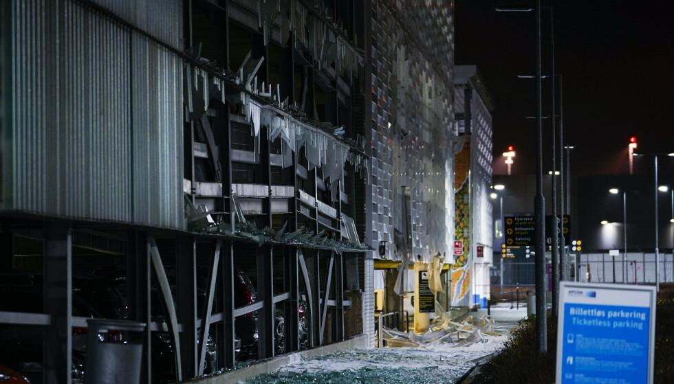 EKSPLODERT: Knust glass på utsiden av parkeringshuet etter den ekstreme brannen. Foto: Jan Kåre Ness / NTB scanpix