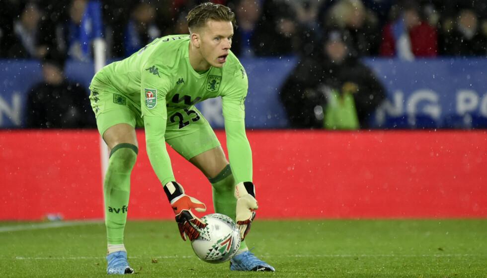 I VARMEN: Aston Villas keeper Ørjan Nyland i aksjon mot Leicester i ligacupsemifinalen onsdag kveld. Aston Villa fikk med seg 1-1 hjem til Birmingham. Returkampen spilles 28. januar. Foto: AP / Rui Vieira / NTB scanpix.