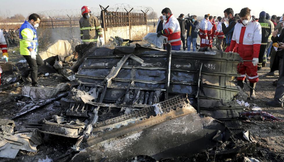 ULYKKESSTEDET: Det er fortsatt uklart hva som skjedde før ulykkesflyet fra Ukraine International Airlines traff bakken og 176 mennesker omkom. Foto: AP/NTB Scanpix.
