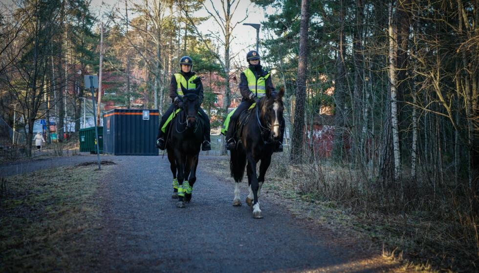TILSTEDEVÆRELSE: Rytterkorpset i Oslopolitiet patruljerte søndag i områdene rundt Mortensrud og Prinsdal. Foto: Øistein Norum Monsen / Dagbladet
