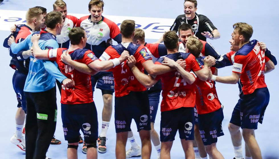 JUBEL: Det norske landslaget har fått en fenomenal start på mesterskapet. Her jubler de for seier over Frankrike. Et kontroversielt svensk valg kan skape trøbbel senere i mesterskapet. Foto: NTB scanpix