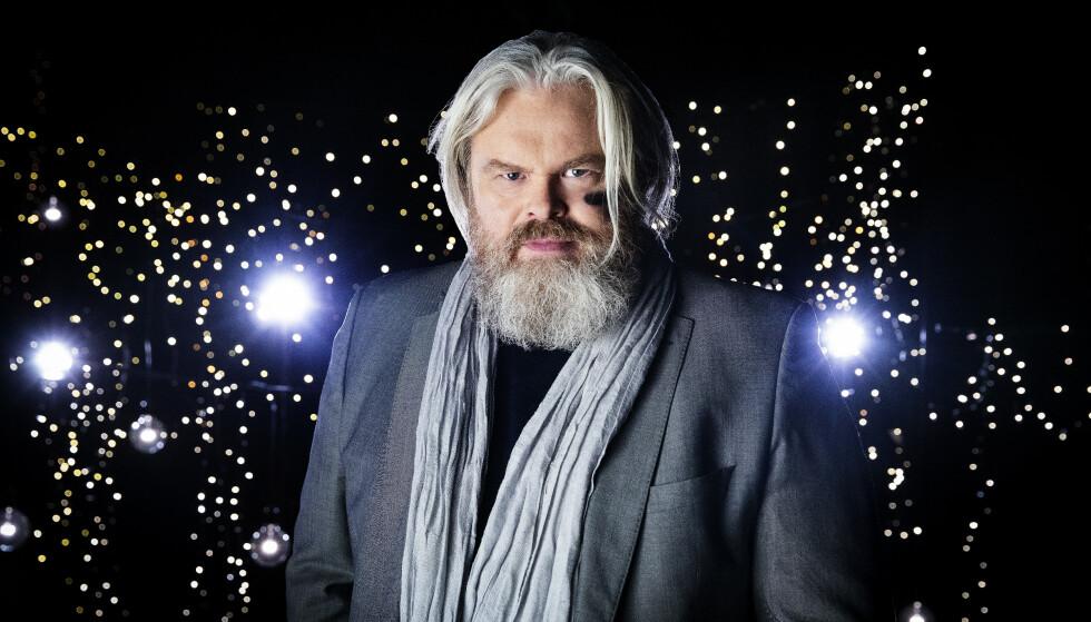 REGN MED REIN: Rein Alexander har en imponerende stemme. Han framstår som en hvithåret ridder og «One Last Time» er hans rustning. Foto: NRK