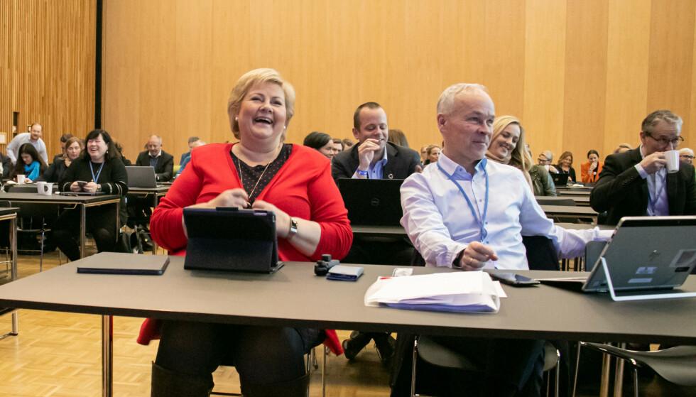 LEDELSEN: Partileder Erna Solberg mener at media er mer opptatt av hvem som taper enn hvem som vinner i regjeringen. Her sammen med nestleder Jan Tore Sanner på Sundvolden hotell. Foto: Hans Kristian Thorbjørnsen