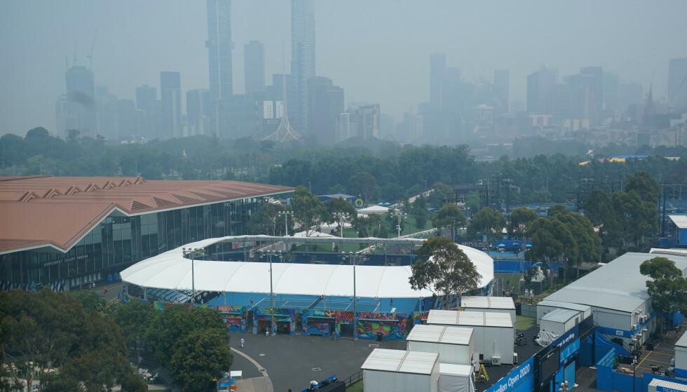 RØYKTRØBBEL: Røyk fra skogbrann i Australia skapte trøbbel for utøvere og publikum i Australian Open. Foto: Michael DodgeAAP Image via AP / NTB Scanpix