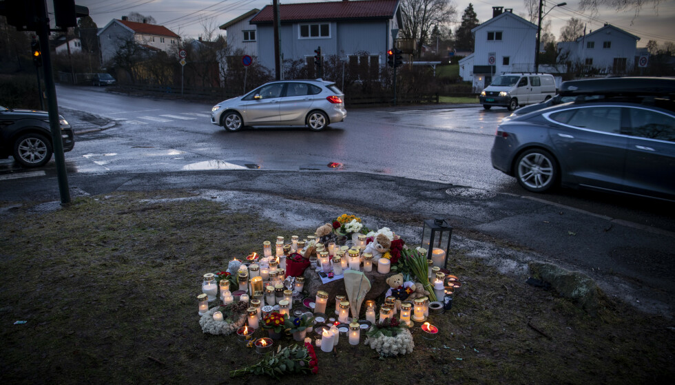 OGSÅ NABOLAG I SORG: Et døgn etter dødsulykken er det brennende lys, blomster og bamser i ulykkeskrysset Tråkka / Stasjonsveien på Slemdal i Oslo. En to år gammel gutt døde mandag etter en påkjørsel i fotgjengerovergang. Foto: Lars Eivind Bones / Dagbladet.