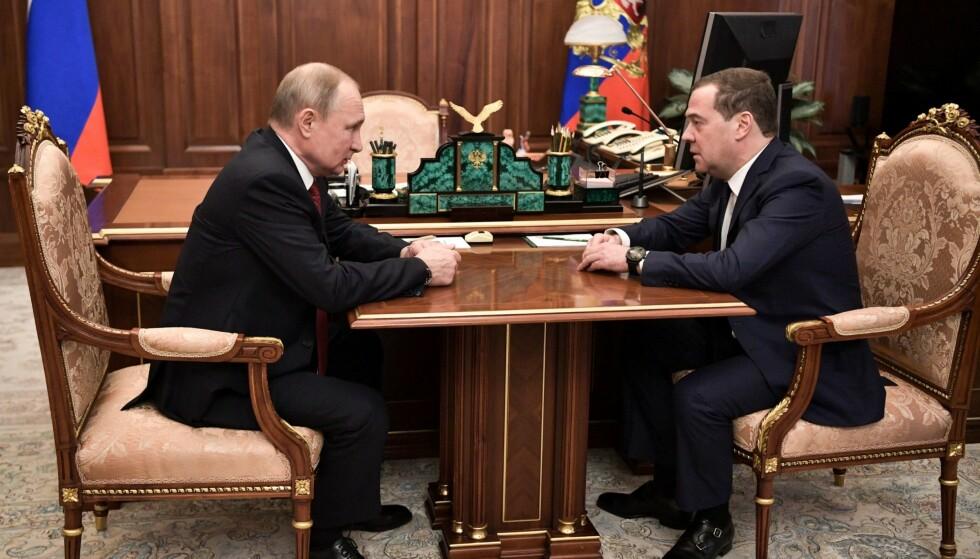 GÅR AV: Russlands statsminister Dmitrij Medvedev har levert sin oppsigelse til president Vladimir Putin. Hele regjeringen vil nå gå av, ifølge Medvedev. Foto: AP / NTB Scanpix