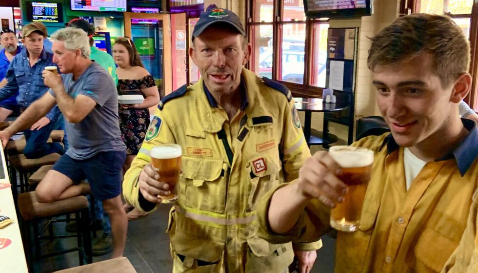 BRANNMANN OG POLITISK BRANNSTIFTER: Vi møtte tidligere statsminister Tony Abbott på bar. Foto: Geir Ramnefjell