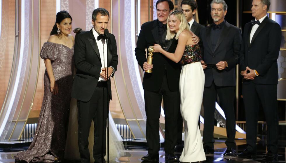 STOR KARRIERE: Margot Robbie har vist seg som en svært habil skuespiller. Her mottar hun pris under Golden Globe, sammen med sine kollegaer fra filmen «Once Upon A Time...In Hollywood» i begynnelsen av januar. Foto: NTB Scanpix