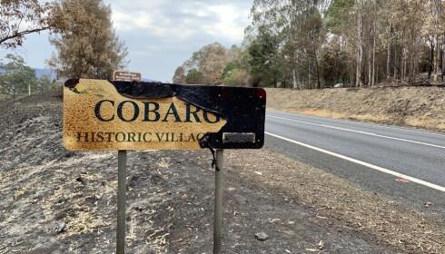 STERKE MOTSETNINGER: Cobargo lå midt i flammehavet. En typisk, australsk landsby med til dels sterke motsetninger mellom landbruksinteresser, turisme og andre småbedrifter. Foto: Geir Ramnefjell