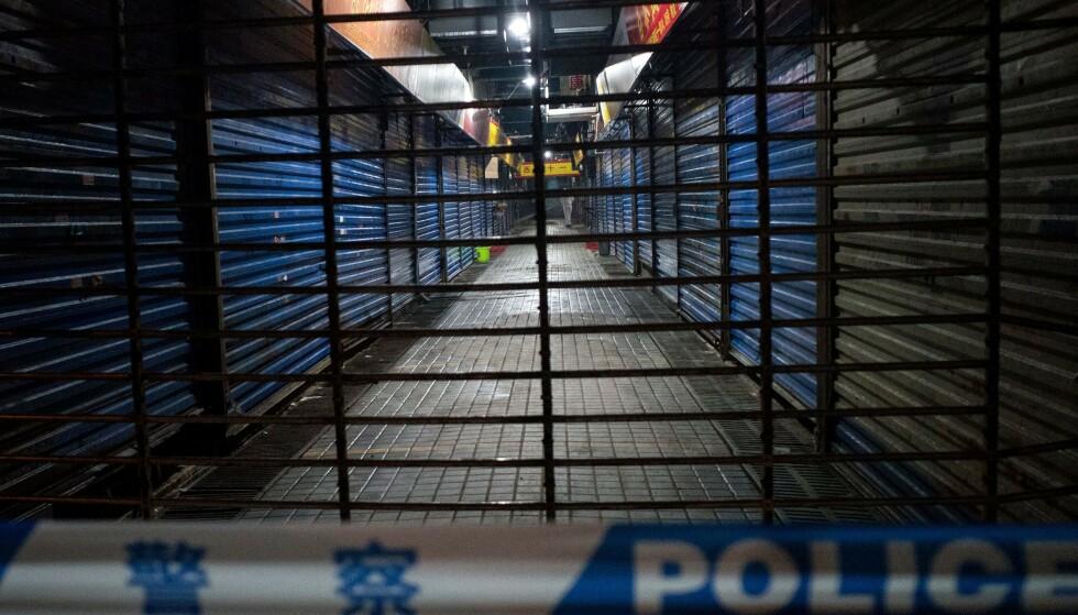 SMITTE: Helsevesenet i Kina tror viruset brøt ut her på fiskemarkedet i Wuhan i Kina. Fiskemarkedet har vært stengt siden nyttår. Foto: Noel Celis / AFP / NTB scanpix