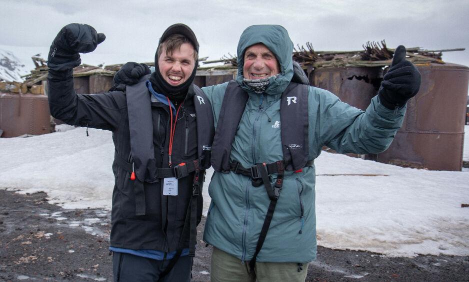 TILFELDIGHETER: Samuel Massie kom seg i høst til Antarktis. Han fløy fra Chile i et militærfly, og reisen gikk helt fint. Det visste derimot ikke de hjemme, da det samme dag styret et fly på akkurat samme strekning. Her fotografert med bestefar Arne Ulvolden. Foto: TV 2