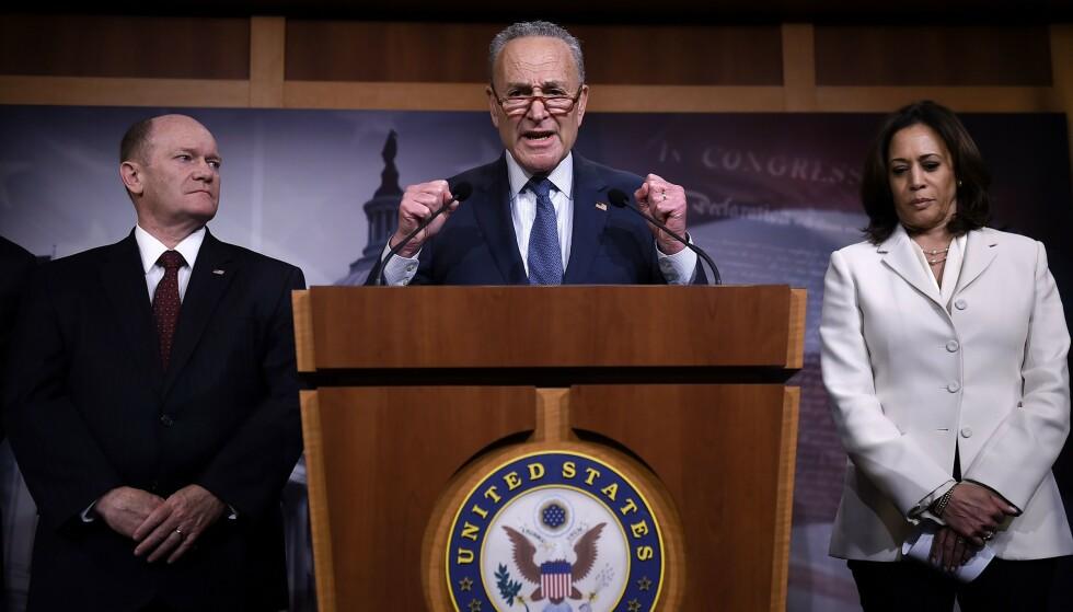 RASER: Senatets mindretallsleder Chuck Schumer raser mot republikarne. Foto: OLIVIER DOULIERY / AFP / NTB scanpix