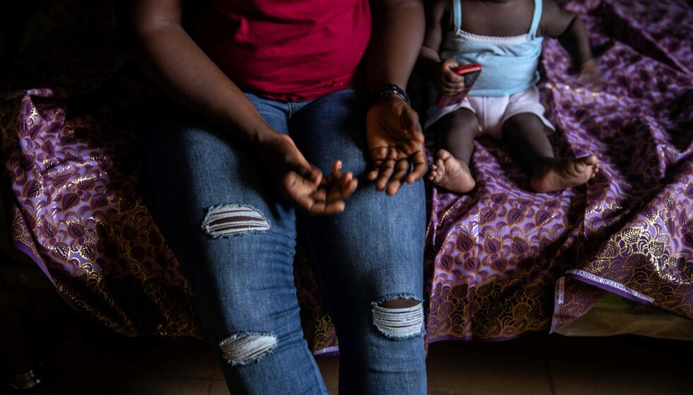 MANGE BLIR VOLDTATT: Her er en kvinne og barn fra ett av krisesentrene til Society For the Empowerment Of Young Persons (SEYP) i Benin i Libya. De tar i mot kvinner som har flyktet tilbake fra Libya, som regel etter at de har fått barn som resultat av voldtekter, skiver AFP. Nye rapporter viser at et flertall av de som prøver å rømme til Europa via Libya, blir utsatt for seksuelle overgrep. Foto: Fati Abubakar/AFP/NTB SCANPIX