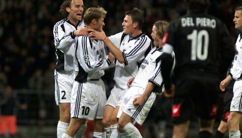JUBEL: Det ble mye å juble for, som i 2001 da Bent Skammelsrud scoret på straffespark mot Juventus. En kjent svart rygg i forgrunnen der. Foto: NTB Scanpix