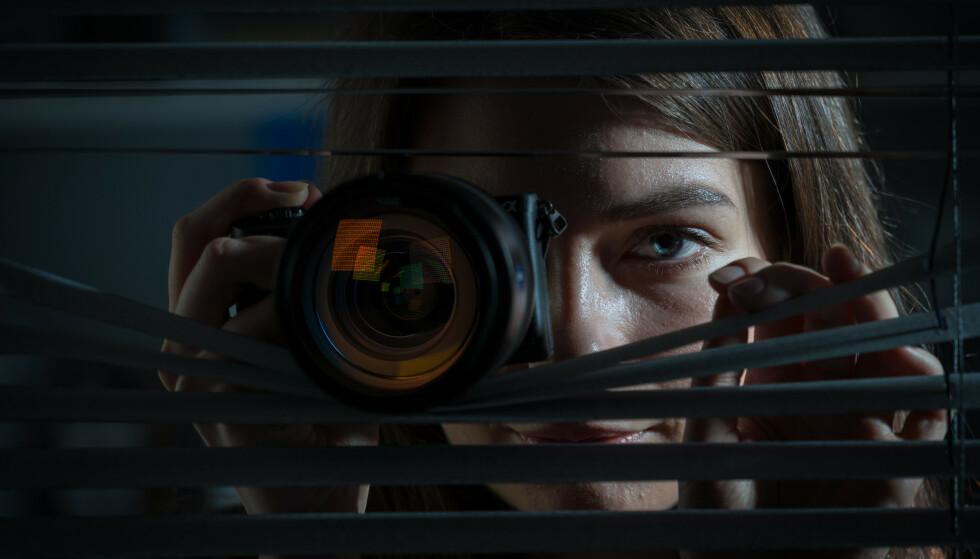 LUSKING: Du trenger ikke lenger store kameraer eller å gjemme deg bak en gardin for å snoke på partneren din. Foto: Shutterstock