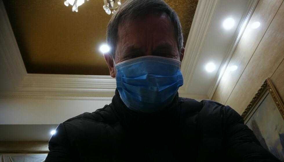 I KINA: Sivilingeniøren Geir Jegstad fra Nøtterøy har denne uka besøkt Wuhan. Han bruker munnbind, og sier at han derfor ikke frykter smitte. Foto: Privat