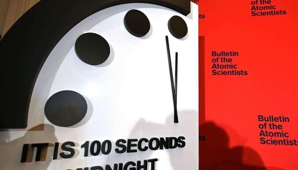 NESTEN MIDNATT: I dag ble det kjent at The Bulletin of Atomic Scientists stiller dommedagsklokka fram. Med sine 100 sekunder på 12 har den aldri vært nærmere midnatt. Foto: Eva Hambacch / AFP / Scanpix