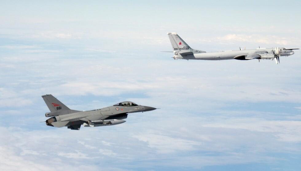 IDENTIFISERER: Norske jagerfly identifiserer russiske fly, som flyr opp mot norsk grense. Foto: Forsvaret