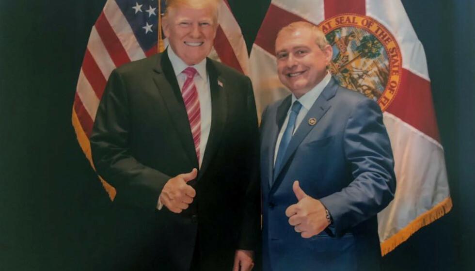 UKJENT: USAs president, Donald Trump, hevder at han ikke kjenner Lev Parnes (t.h.) til tross for en rekke bilder og et opptak av dem to sammen under en liten middag i april 2018. Foto: House Judiciary Committee via AP