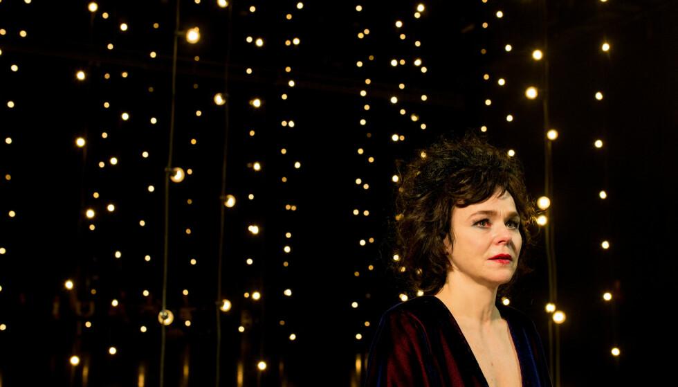 I EN LYSSKOG: Gjertrud Jynge i Nia Damerells scenografi og Eivind Myrens lysdesign. Foto: Erika Hebbert, Det Norske Teatret