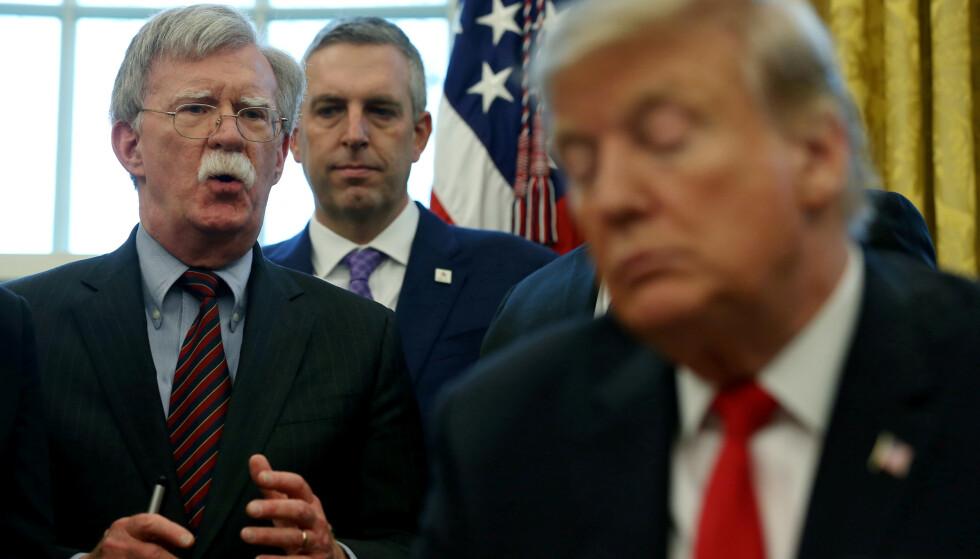HÅR I SUPPEN: Donald Trumps tidligere sikkerhetsrådgiver John Bolton forteller angivelig i en ny bok hvordan Trump drev utpressing overfor Ukraina. Demokratene krever at Bolton skal vitne i riksrettssaken. Foto: Leah Millis / Reuters / NTB Scanpix