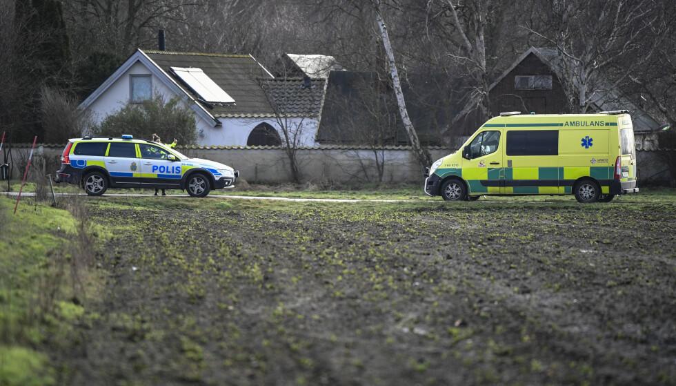 FUNNSTED: Politiet på stedet der den døde personen ble funnet ved Lundåkrabukten utenfor Landskrona på lørdag. Foto: Johan Nilsson/TT / NTB scanpix