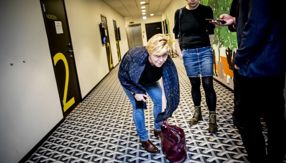 UTE: Frp-leder Siv Jensen stilte i uformelle jeans og bærer nå vesken sin selv på sin første arbeidsdag etter å ha gått av som finansminister fredag. Foto: Christian Roth Christensen / Dagbladet