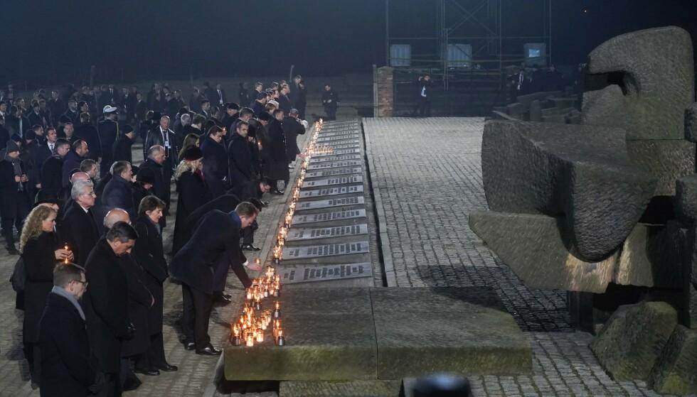 HEDRET DE DØDE: Statsledere og overlevende tente lys for ofrene under seremonien i kveld. Foto: Janek Skarzynski / AFP / NTB Scanpix