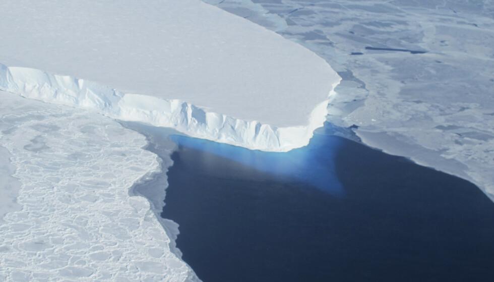 ISBRE: Thwaites-isbreen er blant de enorme isbreene i Vest-Antarktis som står i fare for å smelte ut i havet. Foto: NASA / Reuters / NTB Scanpix
