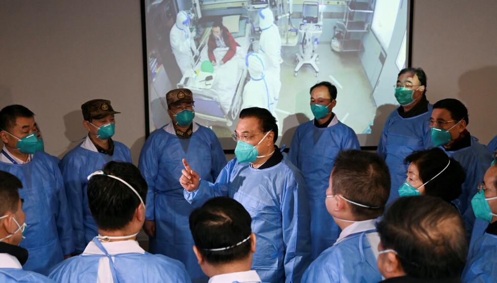 CORONAVIRUSET: Kinas statsminister Li Keqiang på besøk til Jinyintan-sykehuset i Wuhan mandag, hvor han inspiserte helsepersonellets arbeid i kampen mot coronaviruset. Foto: Cnsphoto / Reuters / NTB Scanpix