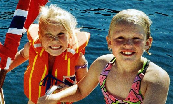 DREPT: Stine Sofie Sørstrønen (t.v.) og Lena Sløgedal Paulsen fotografert på båttur ved Kristiansand sommeren 1998. FOTO:PRIVAT / SCANPIX