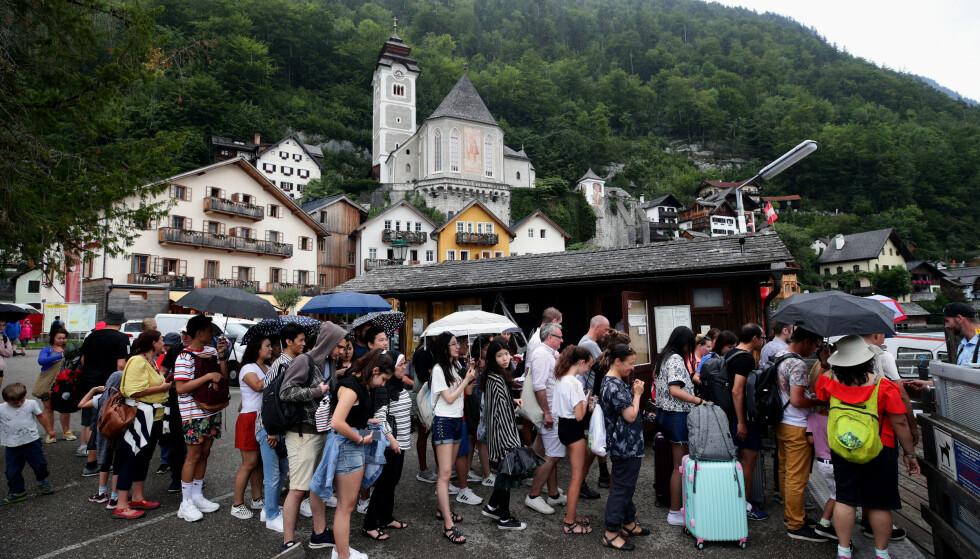 LITEN TID: Turistene stopper kun for å ta bilder, og bruker verken tid eller penger i landsbyen. Foto: NTB Scanpix