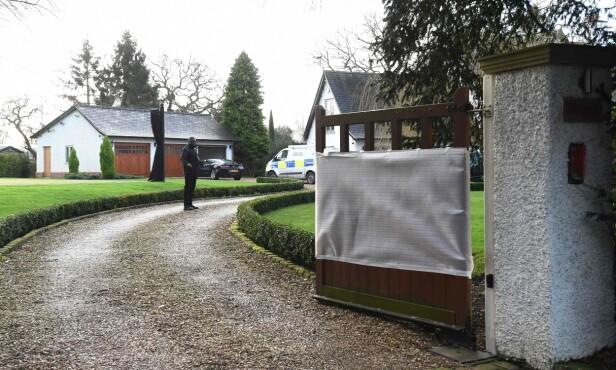ETTERFORSKES: Politiet jobbet i dag på eiendommen til Ed Woodward i Cheshire. Foto: NTB scanpix