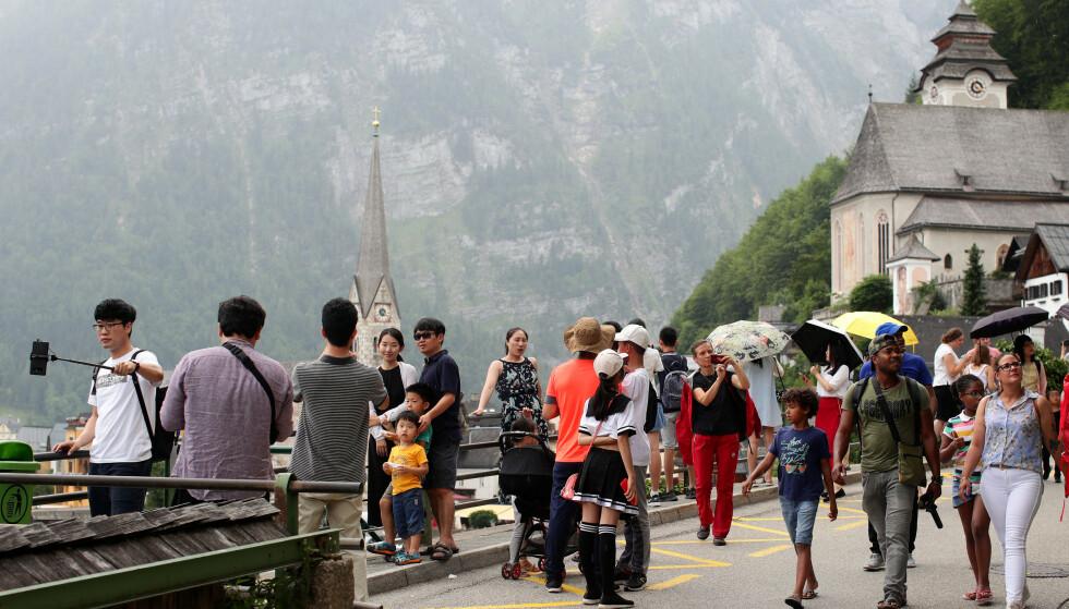 FOR MANGE: Den økende turismen har blitt en stor byrde for lokalbefolkningen. Foto: NTB Scanpix