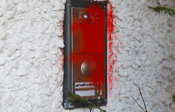 HÆRVERK: Ringeklokka til huset er sprayet med rødt. Foto: NTB scanpix