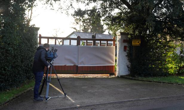 DEKKET TIL: Porten inn til eiendommen er dekket til med en hvit presenning. Det antas at porten er sprayet. Foto: NTB scanpix