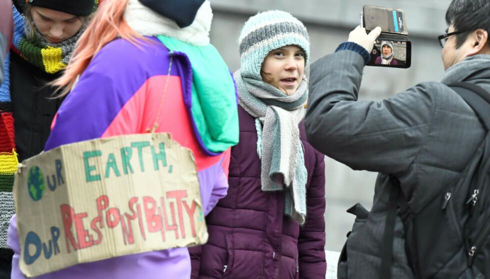 FEIRER MED STREIK: Tidligere denne måneden fylte klimaaktivist Greta Thunberg 17 år. Dagen tilbragte hun utenfor Riksdagen. Foto: Reuters/NTB Scanpix