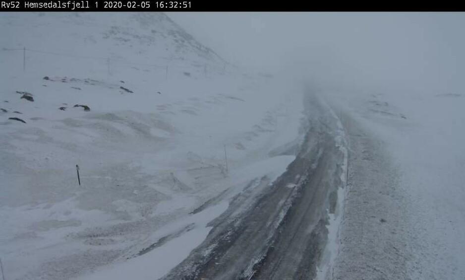 LITEN STORM: I Sør- og Nord-Norge varsles det liten storm onsdag kveld. Kun her på Hemsedalfjellet og E16 ved Filefjell er det åpent for trafikk. Foto: Statens Vegvesen