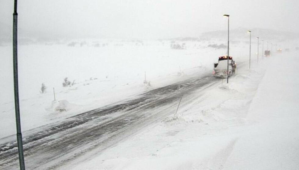 KOLONNEKJØRING: På E16 Filefjell er det også dårlige kjøreforhold onsdag. Foto: Statens Vegvesen