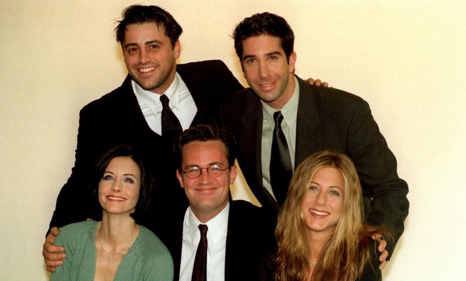 KRYPTISK MELDING: «Friends»-stjerna Matthew Perry (foran i midten) delte onsdag kveld et Twitter-innlegg som fikk fansen til å gå amok, og med et håp om en reunion med «Friends»-skuespillerne. Her er Perry avbildet sammen med Matt LeBlanc, David Schwimmer, Courteney Cox og Jennifer Aniston i 1998. Foto: NTB Scanpix
