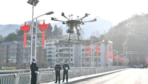 SPRER INFORMASJON: Politiet i Xiangyang i Hubei-provinsen brukte tirsdag en drone til å spre informasjon om hvordan man kan forebygge spredningen av coronaviruset. Foto: China Daily /REUTERS / NTB scanpix