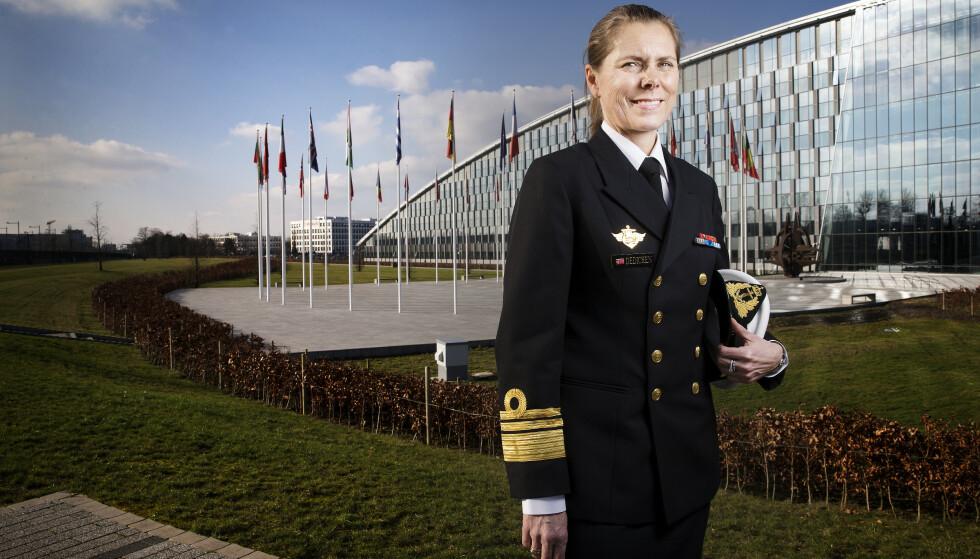MILTÆRE RÅD: Viseadmiral Louise Dedichen har som den første kvinne tatt sete i NATOs militære råd. Her er Dedichen fotografert foran NATOs gigantiske hovedkvarter i Brussel. Foto: Henning Lillegård
