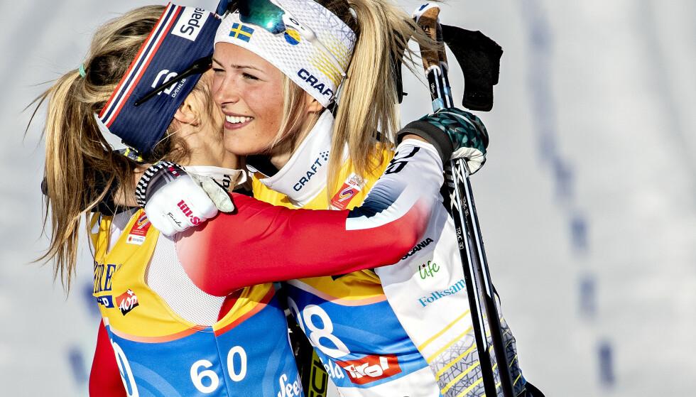 TRENGER STØTTE: Frida Karlsson blir gratulert av Therese Johaug etter fantastiske løp under ski-VM i fjor. Etterpå ble prisen for disse prestasjonene svært høy for denne svenske ungjenta. Det er en felles sak for hele idretten. FOTO: Bjørn Langsem/Dagbladet