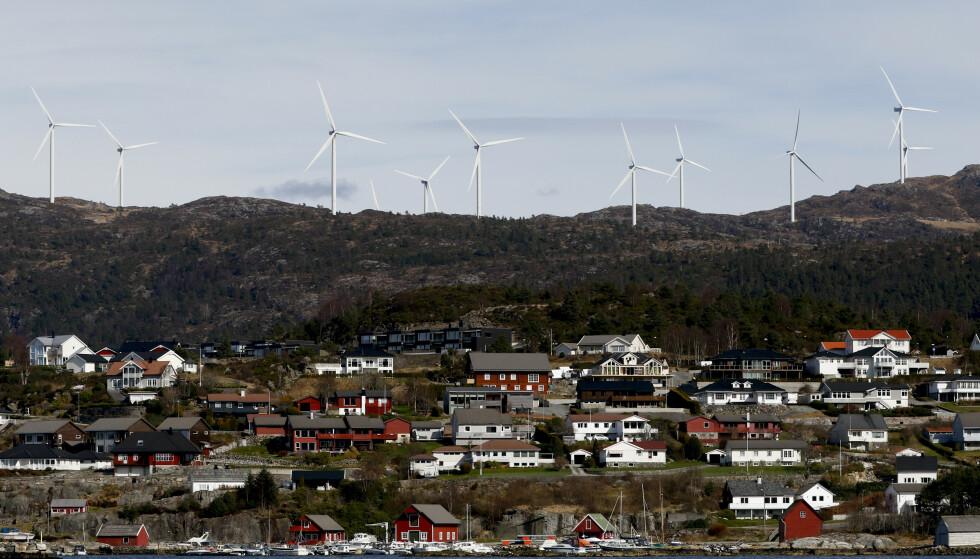 TRENGER MER KRAFT: I tillegg til at transportsektoren elektrifiseres, legger nå flere kommuner til rette for etablering av datalagringssentre, som i et tilfelle i Skien har en kraftambisjon på 500 MW. 24 timer i døgnet, 365 dager i året, tilsvarer dét over 4 TWh kraft, skriver innsender. Bilde fra Midtfjellet vindpark i Fitjar kommune. Foto: Jan Kåre Ness / NTB scanpix