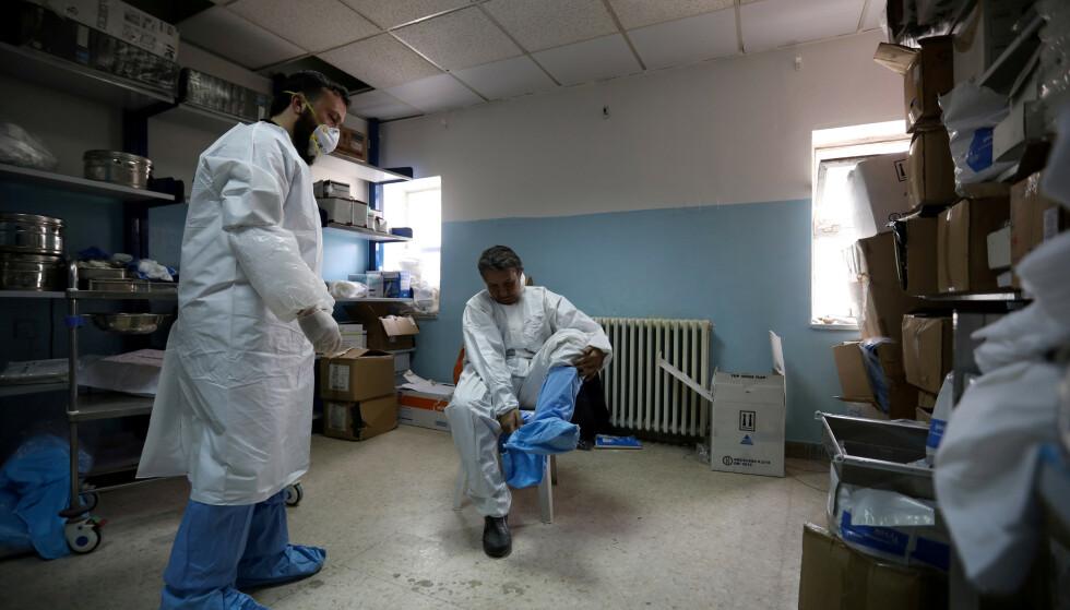 KLARE: Leger i smittevernutstyr på en nyopprettet avdeling ved et sykehus i Amman, spesialisert i å ta imot pasienter smittet med coronaviruset. Foto: Muhammad Hamed / Reuters / NTB scanpix